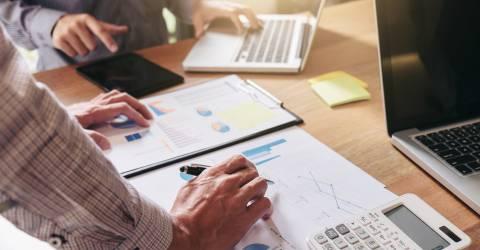 Teamwork-proces, Business-team twee managers collega's bespreken en analyseren nieuwe plannen financiële grafiekgegevens en marketingdocumenten rapporteren op kantoortafel met laptop en digitale tablet, Miljoenennota, Prinsjesdag, investeren